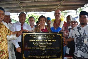 Placa conmemorativa de la visita de la RMCM en la bahía de Mareku